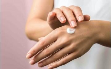 Come curare mani screpolate e dermatiti da igienizzanti